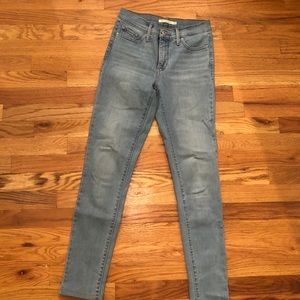Levi's light wash mid/high rise jeans in size 26.